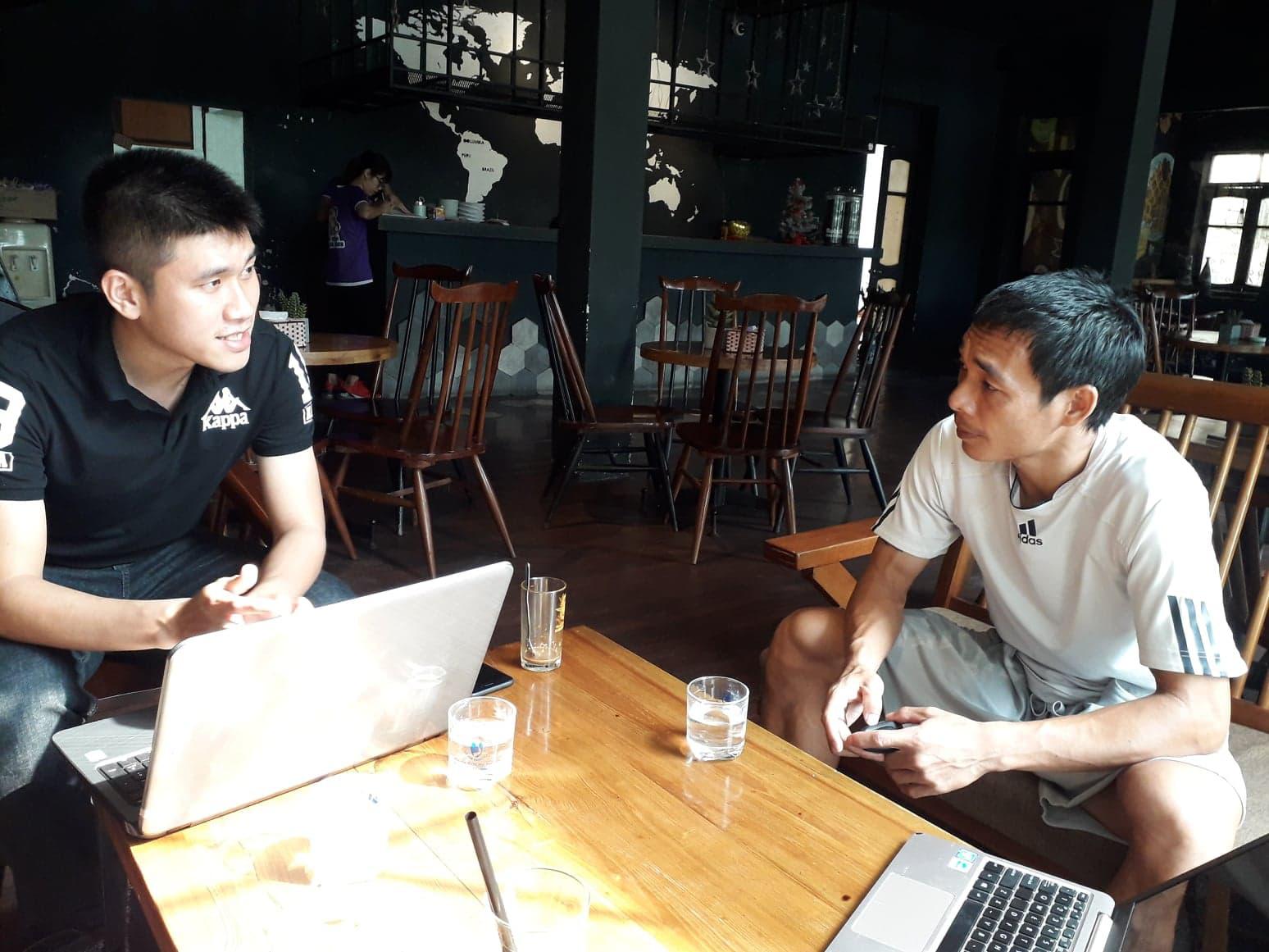 Cựu tuyển thủ Việt Nam Phùng Văn Nhiên trả lời phỏng vấn Dân Việt chiều nay.