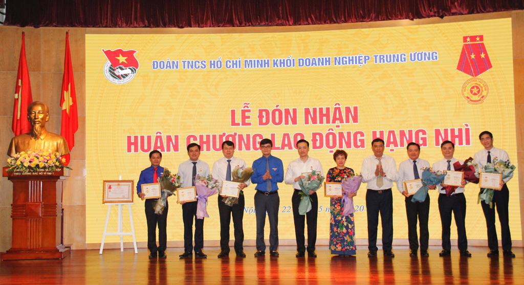"""Lãnh đạo Vietcombank vinh dự nhận Kỷ niệm chương """"Vì thế hệ trẻ"""" - Ảnh 1."""