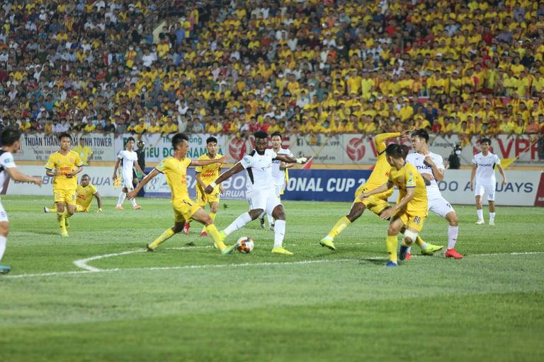 DNH.Nam Định đá bại HAGL nhờ cầu thủ thứ 12 - Ảnh 1.