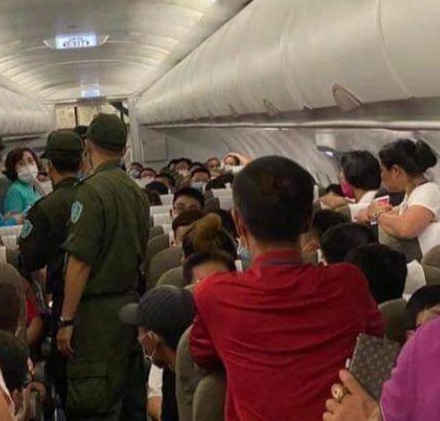 Hành khách gây rối trên máy bay bị phạt nặng, không chịu ký biên bản - Ảnh 1.