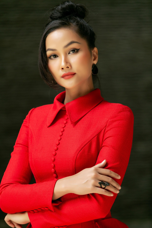 """Hoa hậu H'Hen Niê diện """"cây đỏ"""" khoe vóc dáng chuẩn - Ảnh 1."""