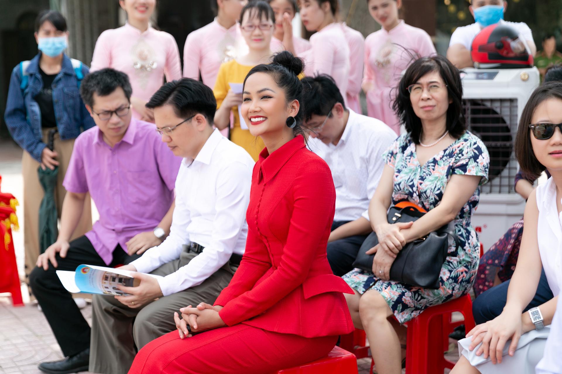 """Hoa hậu H'Hen Niê diện """"cây đỏ"""" khoe vóc dáng chuẩn - Ảnh 2."""