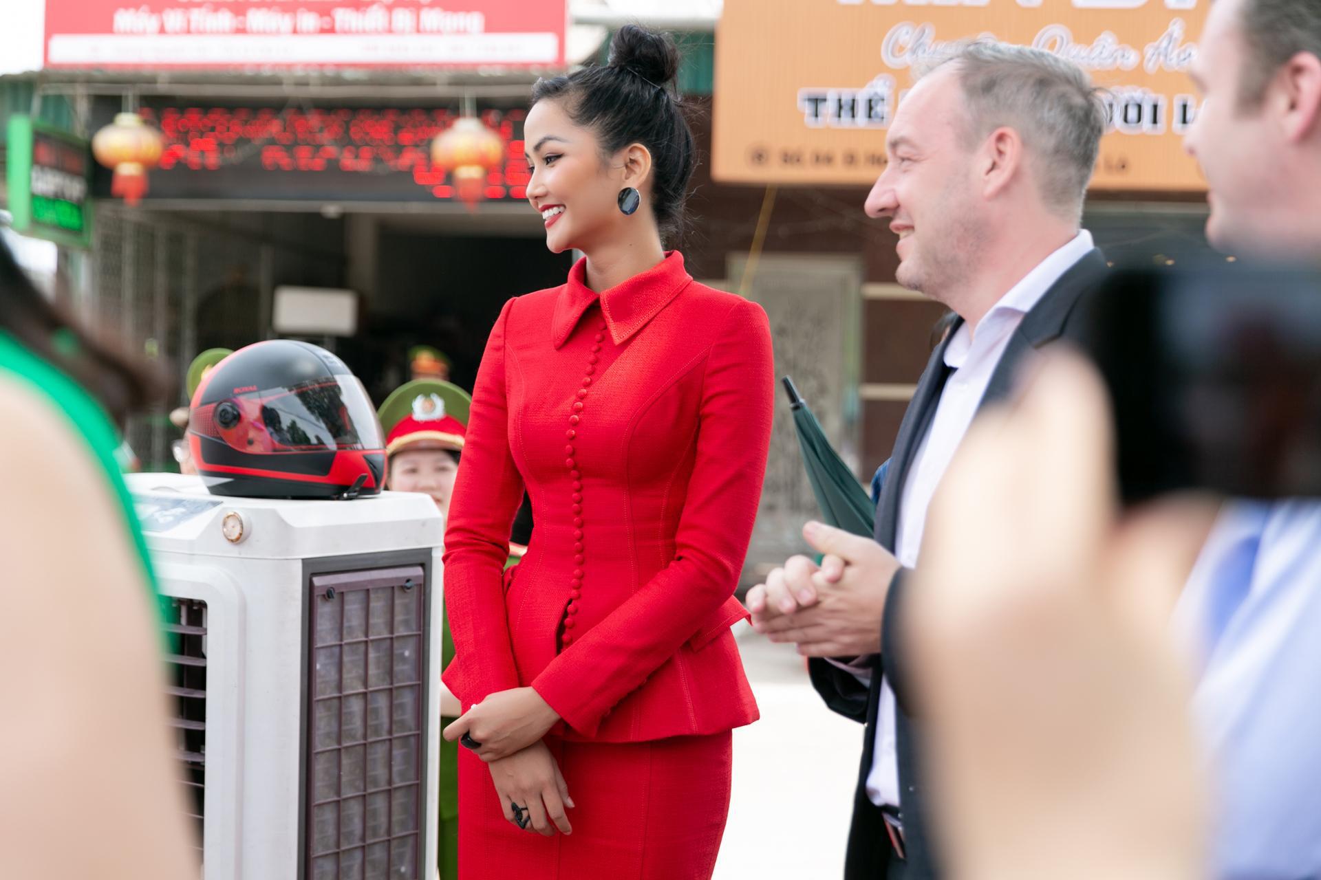 """Hoa hậu H'Hen Niê diện """"cây đỏ"""" khoe vóc dáng chuẩn - Ảnh 3."""