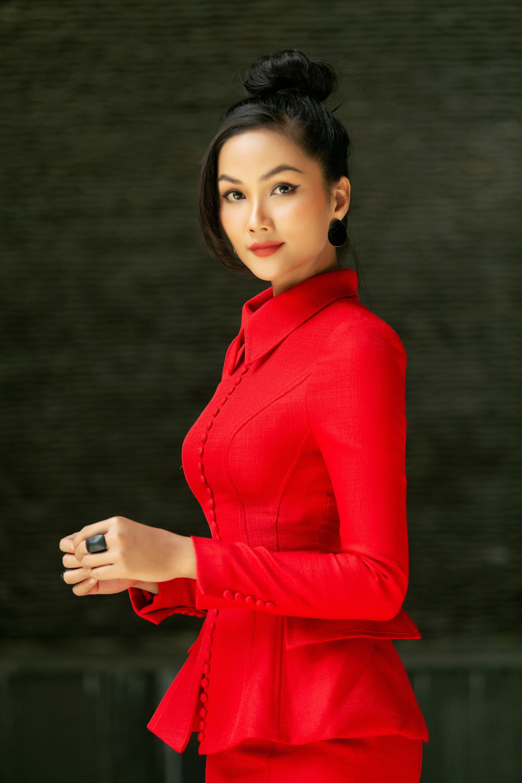 """Hoa hậu H'Hen Niê diện """"cây đỏ"""" khoe vóc dáng chuẩn - Ảnh 4."""