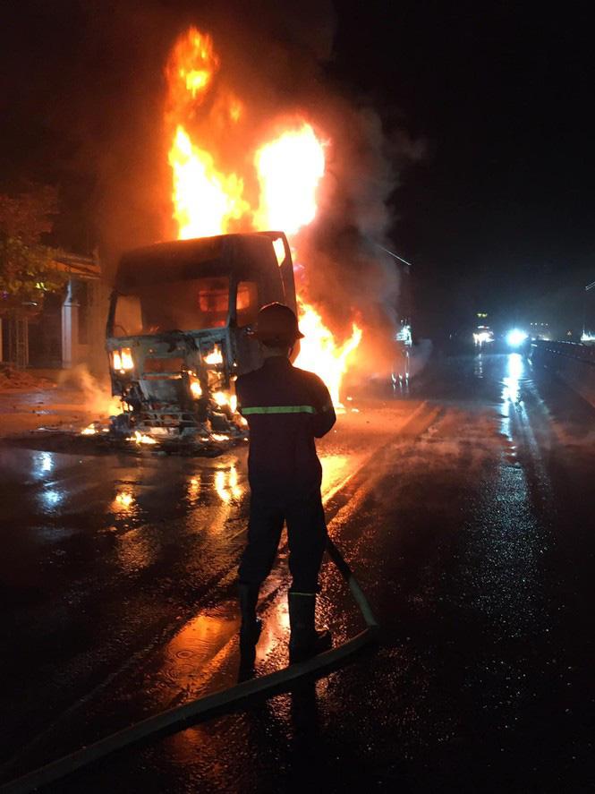 Đang lưu thông, chiếc xe đầu kéo bất ngờ bốc cháy ngùn ngụt - Ảnh 1.