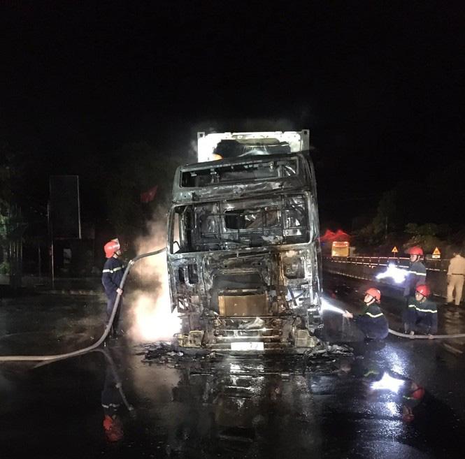 Đang lưu thông, chiếc xe đầu kéo bất ngờ bốc cháy ngùn ngụt - Ảnh 2.
