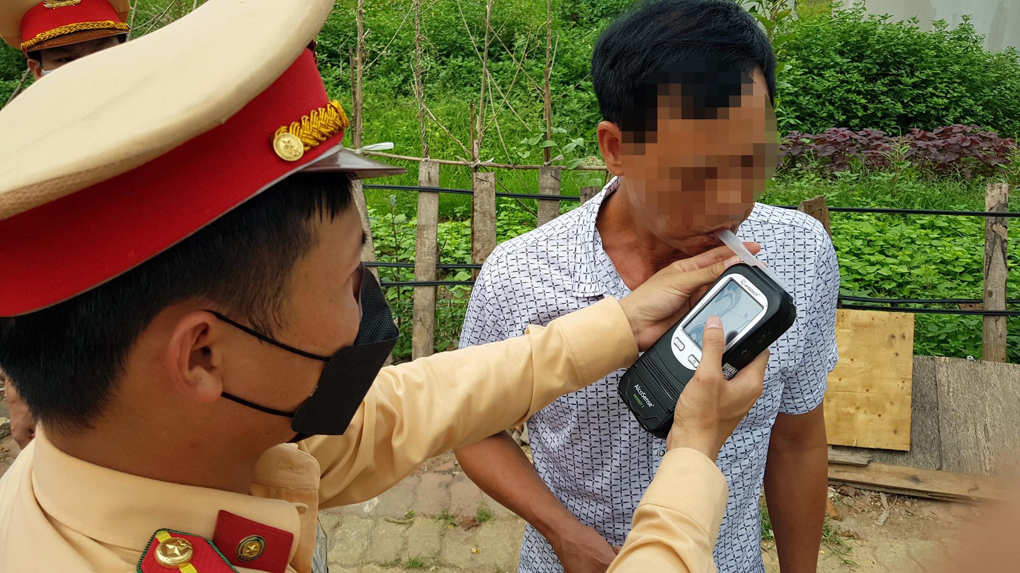 Hà Nội: Bị thu xe vì uống 1 lon bia rồi đi… đổ xăng - Ảnh 3.