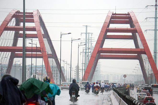 """Mưa trắng trời sáng đầu tuần, ngàn người """"chôn chân"""" vì Sài Gòn kẹt xe tứ bề - Ảnh 1."""