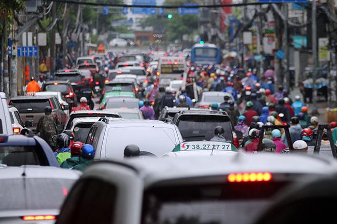 """Mưa trắng trời sáng đầu tuần, ngàn người """"chôn chân"""" vì Sài Gòn kẹt xe tứ bề - Ảnh 10."""