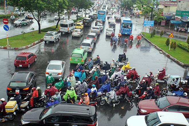 """Mưa trắng trời sáng đầu tuần, ngàn người """"chôn chân"""" vì Sài Gòn kẹt xe tứ bề - Ảnh 2."""