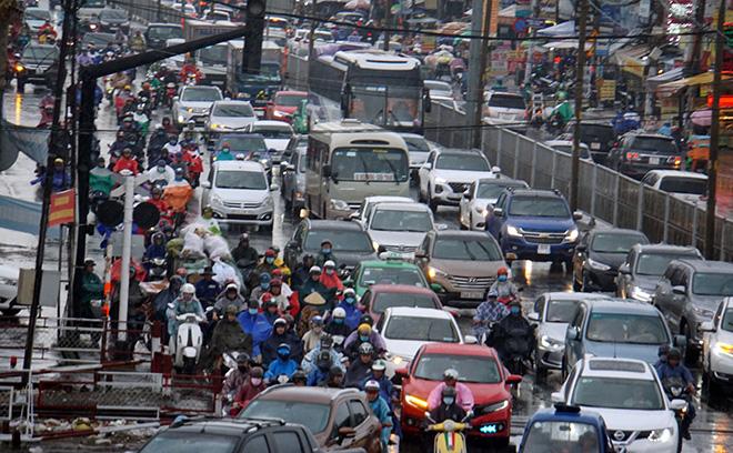"""Mưa trắng trời sáng đầu tuần, ngàn người """"chôn chân"""" vì Sài Gòn kẹt xe tứ bề - Ảnh 4."""
