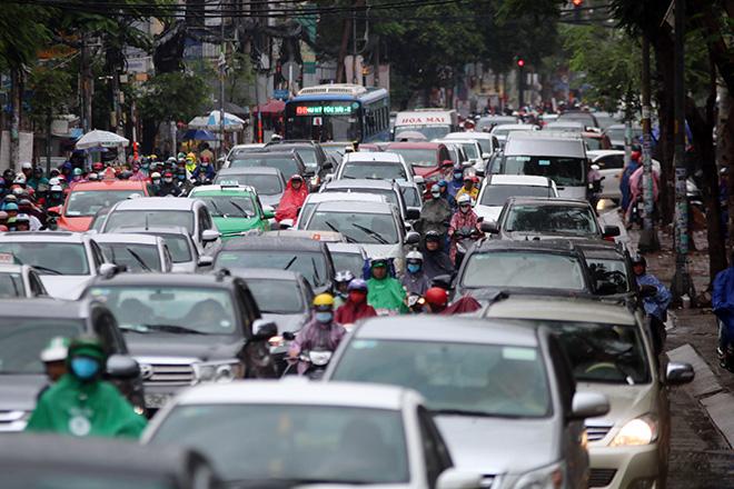 """Mưa trắng trời sáng đầu tuần, ngàn người """"chôn chân"""" vì Sài Gòn kẹt xe tứ bề - Ảnh 7."""