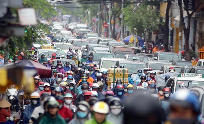 """Mưa trắng trời sáng đầu tuần, ngàn người """"chôn chân"""" vì Sài Gòn kẹt xe tứ bề - Ảnh 9."""