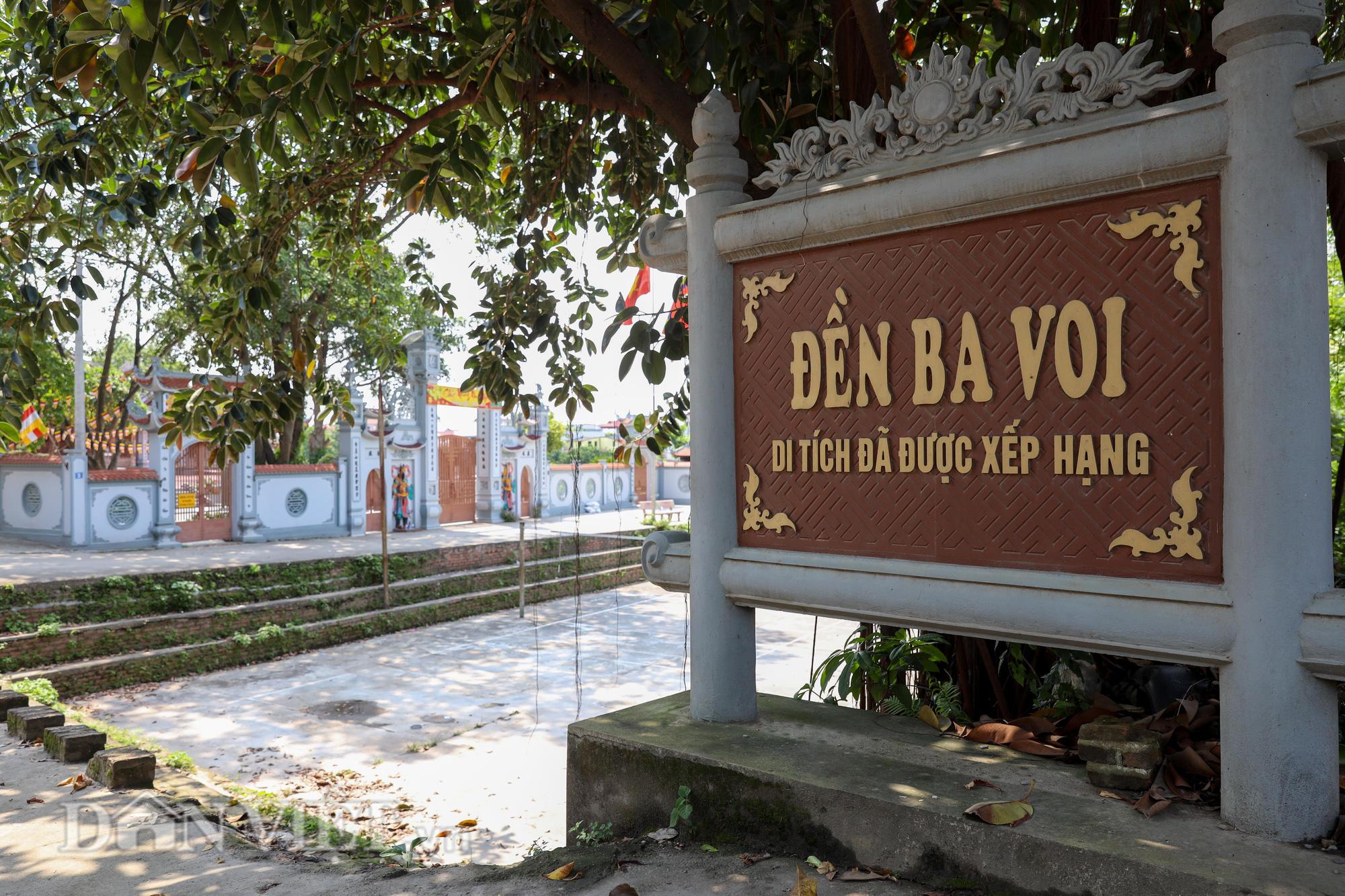 Đền Ba Voi ở Hà Nội bị đóng cửa vì sạt lở bờ sông - Ảnh 2.
