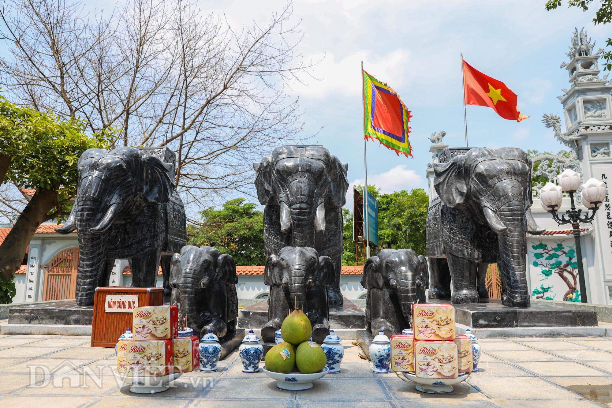 Đền Ba Voi ở Hà Nội bị đóng cửa vì sạt lở bờ sông - Ảnh 3.