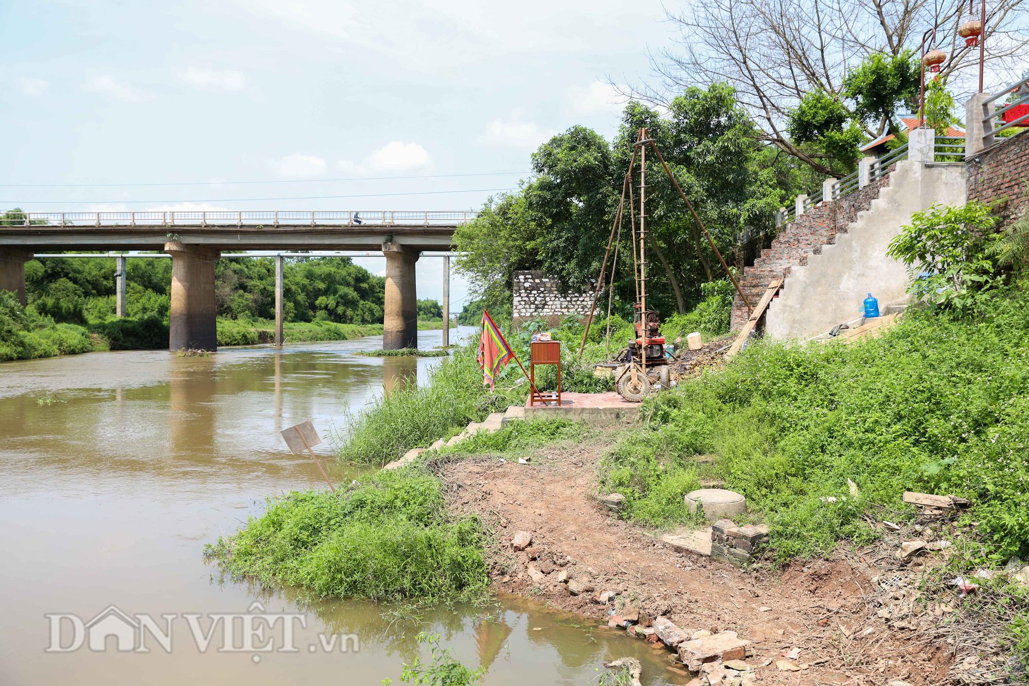 Đền Ba Voi ở Hà Nội bị đóng cửa vì sạt lở bờ sông - Ảnh 5.