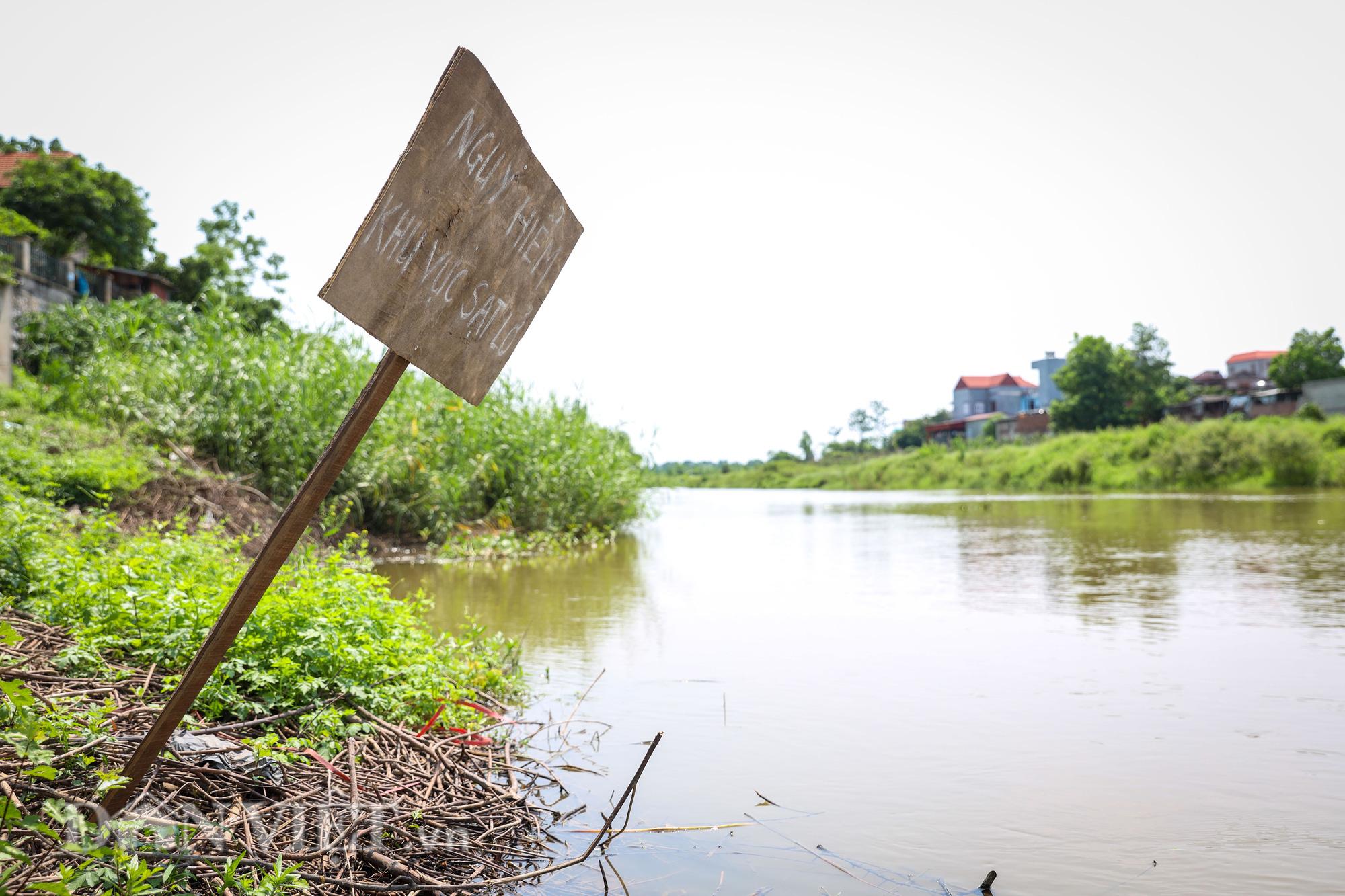 Đền Ba Voi ở Hà Nội bị đóng cửa vì sạt lở bờ sông - Ảnh 6.