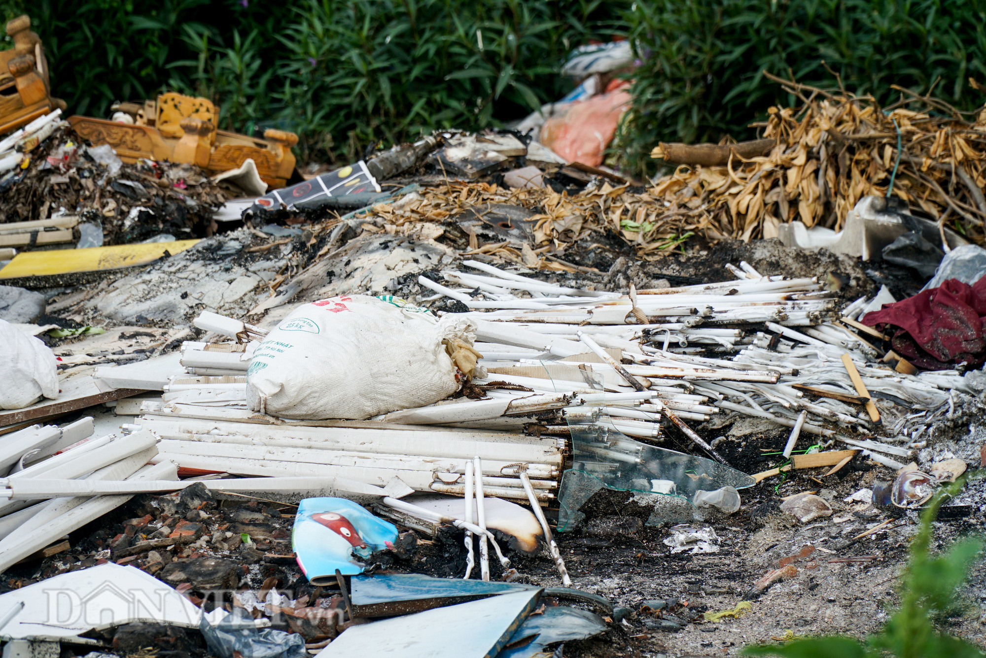 Người dân Thủ đô khốn khổ vì bãi tập kết rác tự phát  - Ảnh 2.