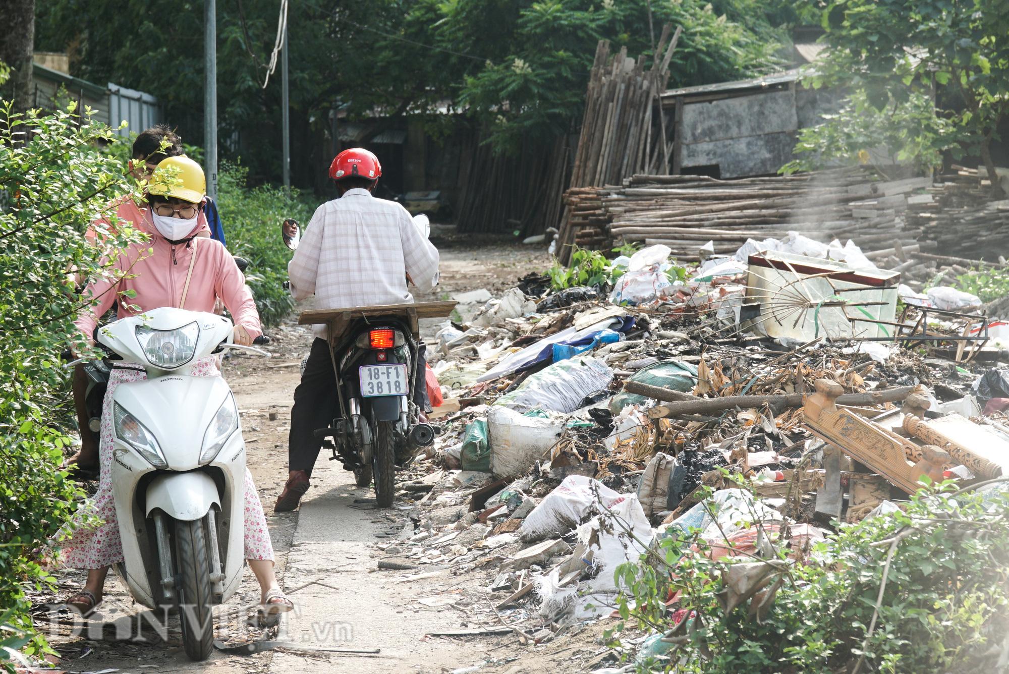 Người dân Thủ đô khốn khổ vì bãi tập kết rác tự phát  - Ảnh 4.