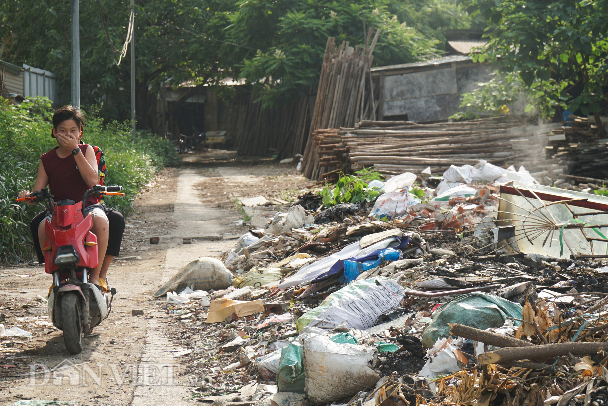 Người dân Thủ đô khốn khổ vì bãi tập kết rác tự phát  - Ảnh 5.