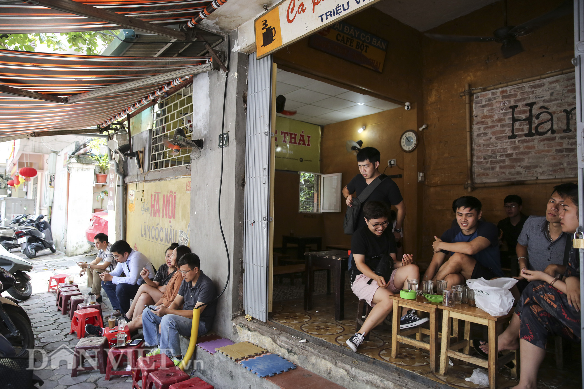 """Ngất ngây hương vị """"rang củi"""" tại quán cà phê lâu đời nhất Hà Nội - Ảnh 3."""