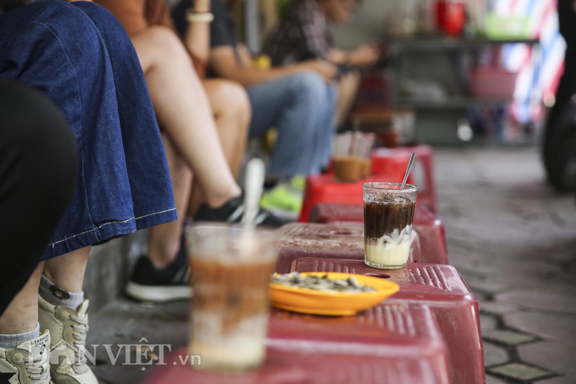 """Ngất ngây hương vị """"rang củi"""" tại quán cà phê lâu đời nhất Hà Nội - Ảnh 9."""