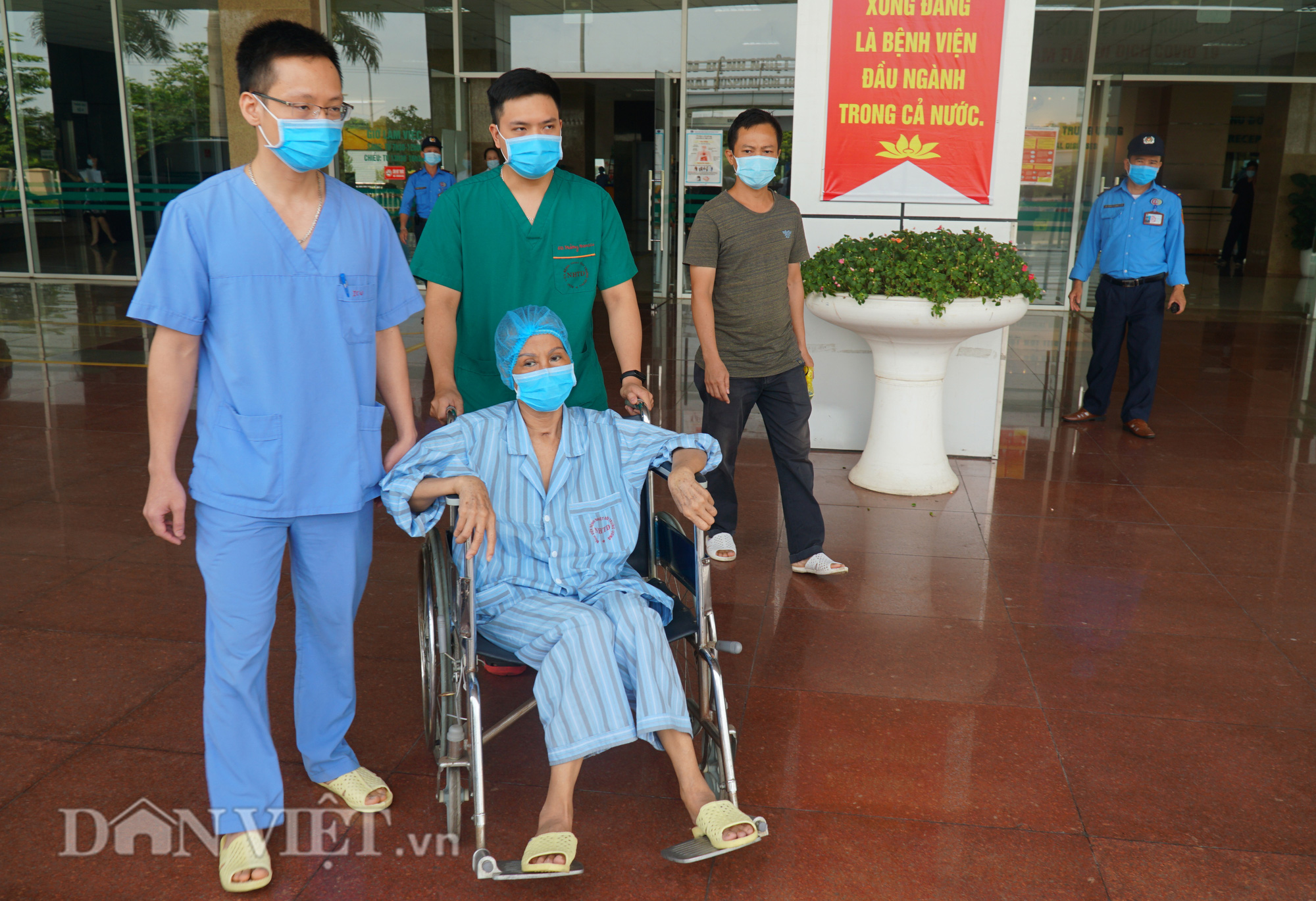 Bác bệnh nhân số 17 chính thức khỏi Covid-19 sau hơn 2 tháng điều trị - Ảnh 2.