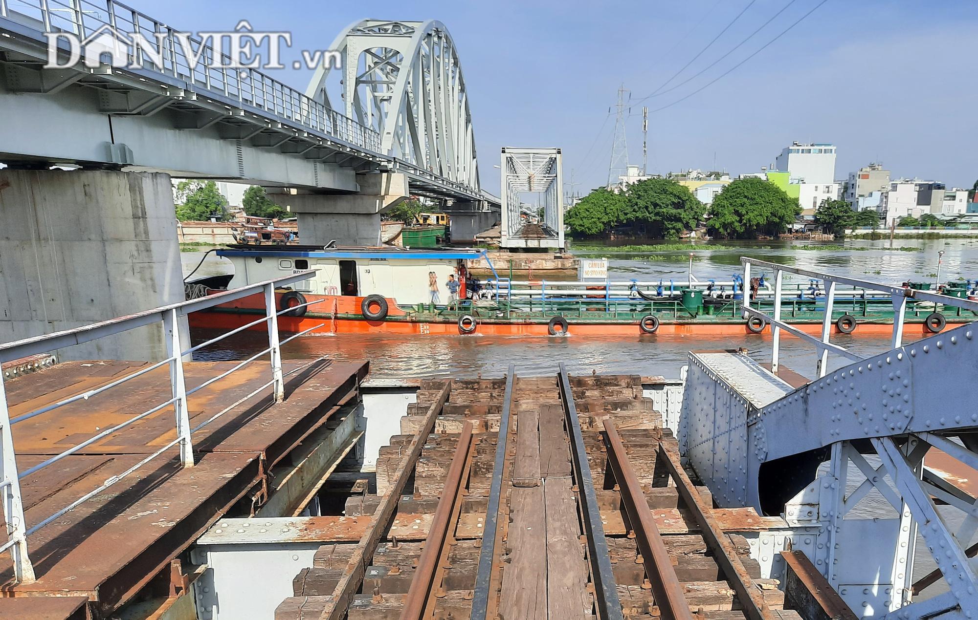 Hết ùn tắc giao thông đường thủy tại cầu sắt Bình Lợi - Ảnh 1.