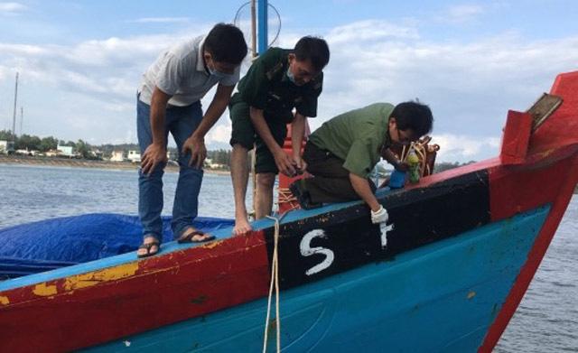 """Quảng Ngãi: Phạt tiền """"khủng"""" tàu cá khai thác trái phép vùng biển nước ngoài  - Ảnh 1."""