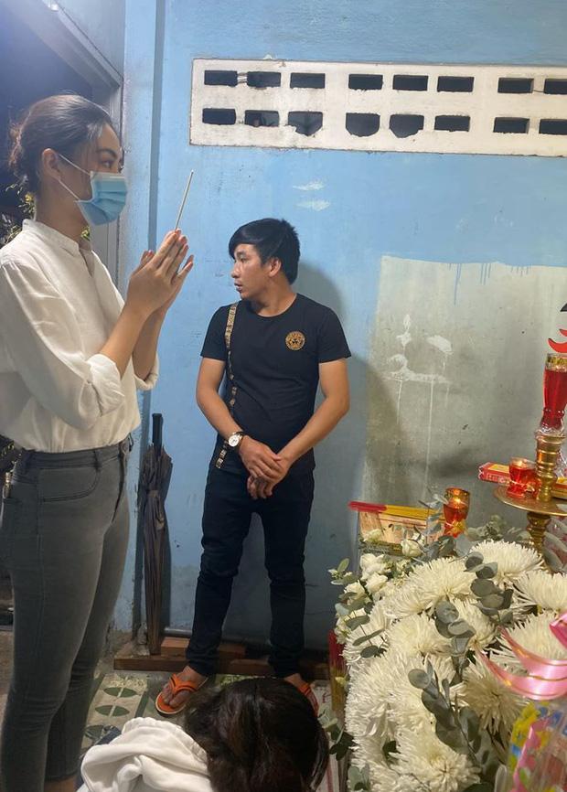 Ốc Thanh Vân nghẹn lòng, Lương Thuỳ Linh xót xa viếng bé trai tử vong vì cây phượng bật gốc - Ảnh 1.