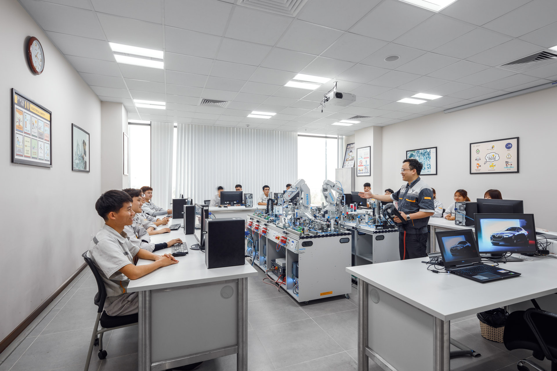 VinFast hợp tác đào tạo Cao đẳng chuyên ngành Cơ điện tử và Kỹ thuật ô tô - Ảnh 3.