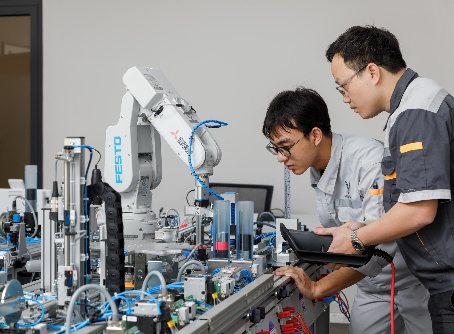 VinFast hợp tác đào tạo Cao đẳng chuyên ngành Cơ điện tử và Kỹ thuật ô tô - Ảnh 2.