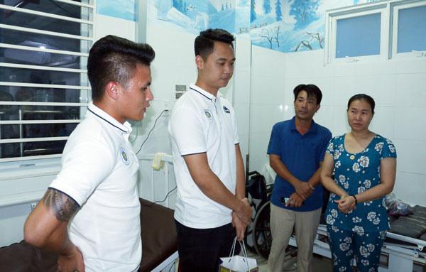 Quang Hải có hành động đầy tình người sau khi giành Quả bóng Bạc - Ảnh 8.