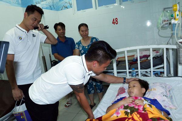 Quang Hải có hành động đầy tình người sau khi giành Quả bóng Bạc - Ảnh 7.