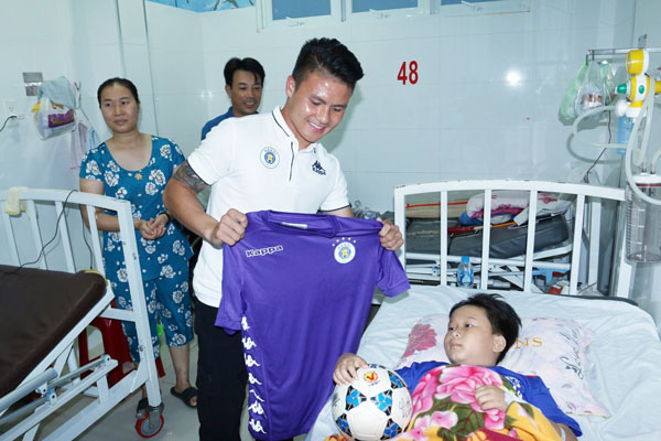Quang Hải có hành động đầy tình người sau khi giành Quả bóng Bạc - Ảnh 5.