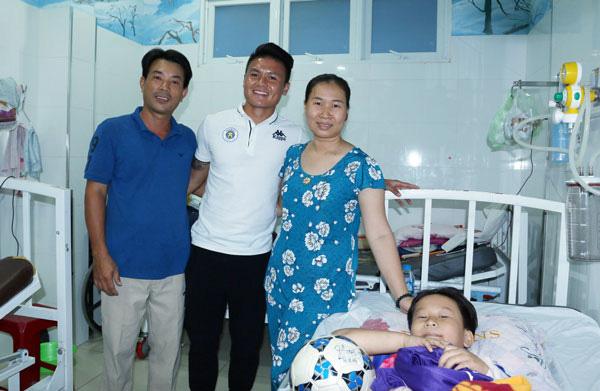 Quang Hải và người thân của em Nguyễn Văn Thịnh