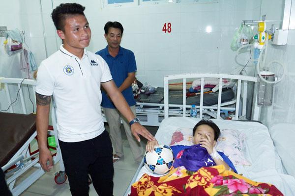 Quang Hải có hành động đầy tình người sau khi giành Quả bóng Bạc - Ảnh 2.