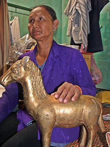 Người đàn bà và những bức tượng vàng trong ngôi mộ cổ - Ảnh 2.