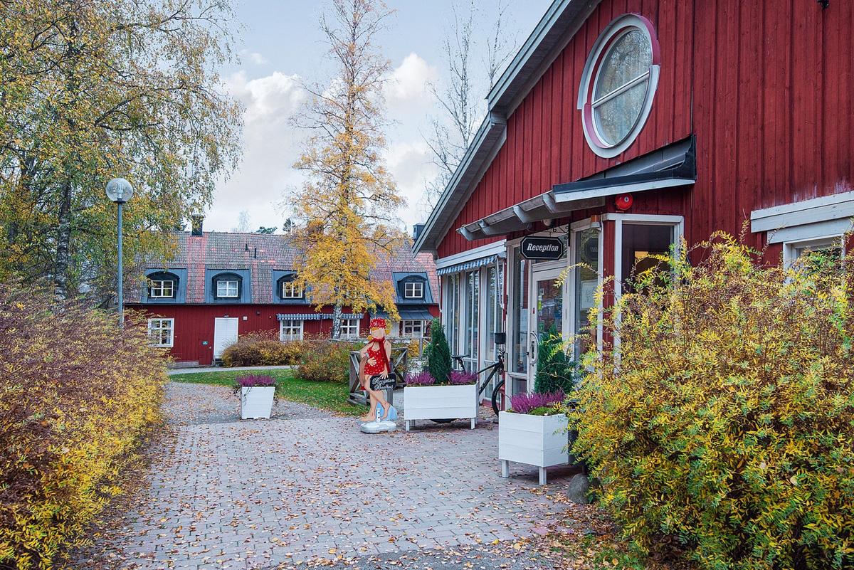 Rao bán cả ngôi làng giá hơn 7 triệu USD - Ảnh 6.