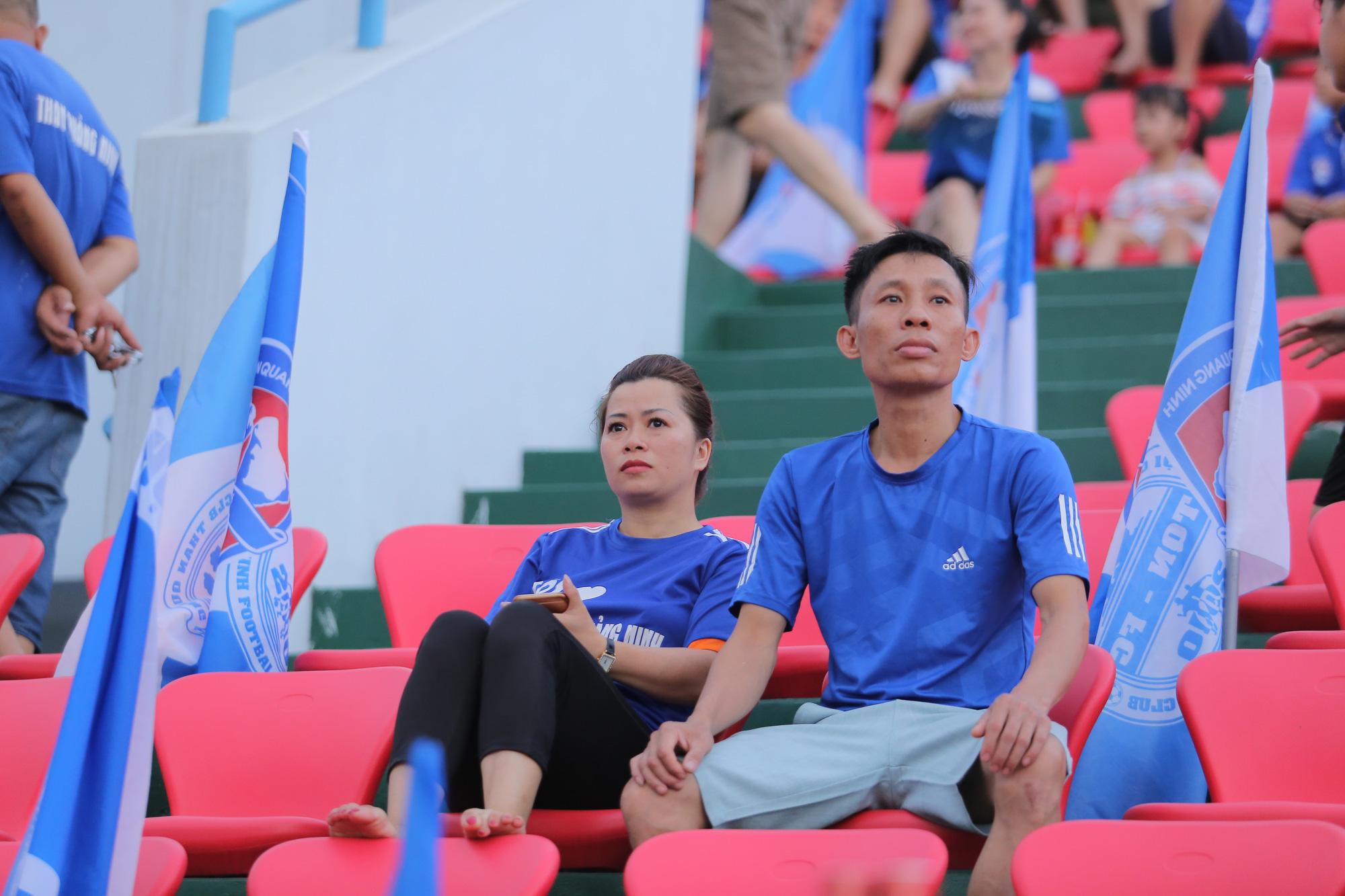 Hot Girl Quảng Ninh ăn mừng rạng rỡ trên sân Cẩm Phả - Ảnh 8.
