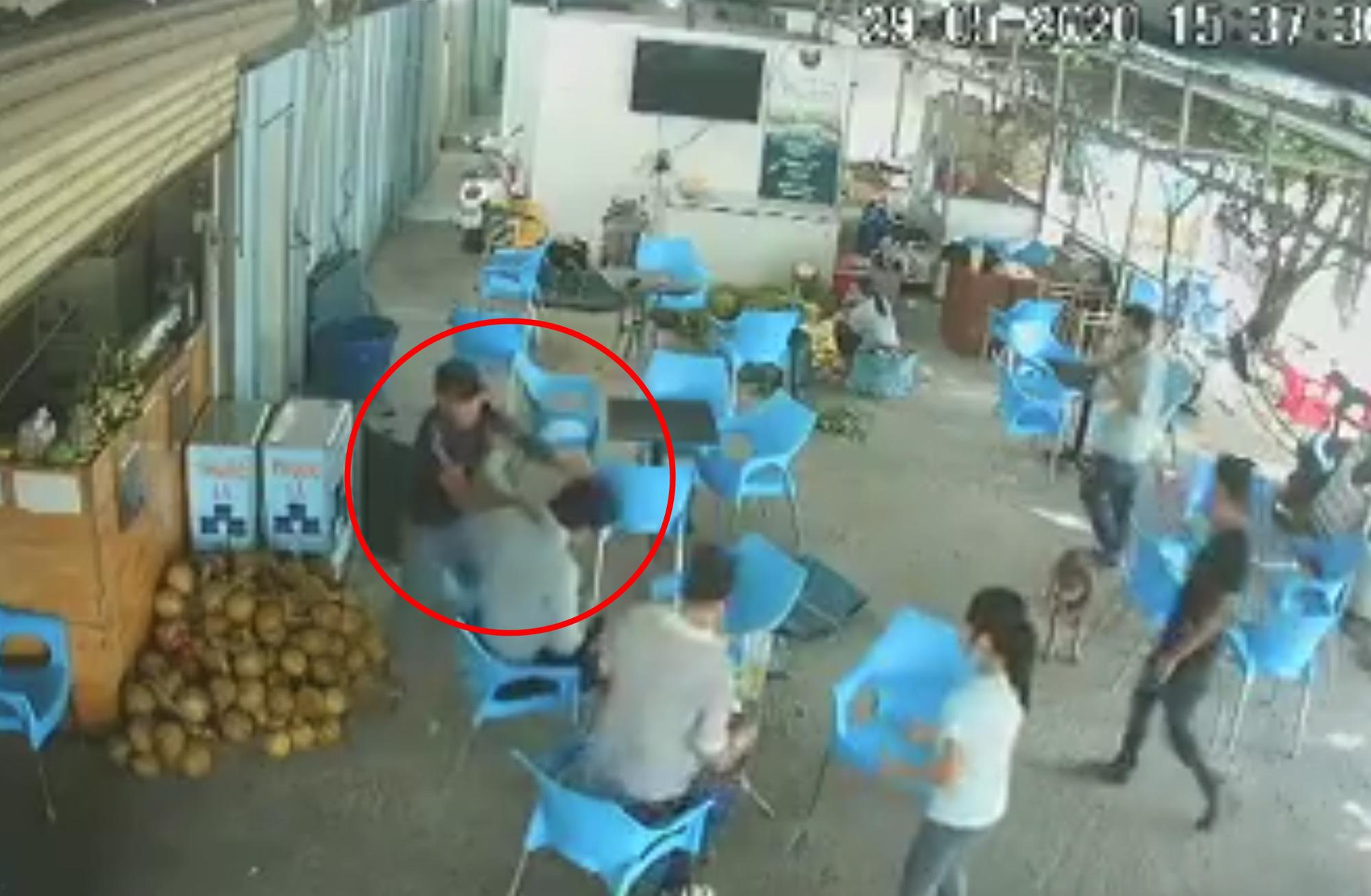 Chủ quán cà phê bị đánh tới tấp vì 2 đĩa cơm - Ảnh 1.