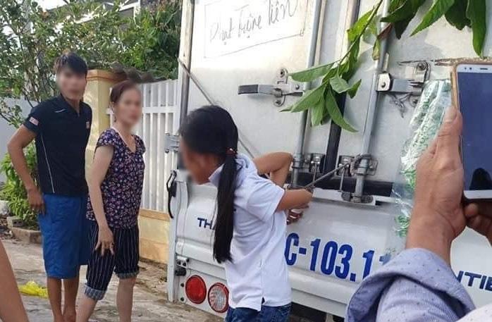 Bé gái 12 tuổi bị cột chân, trói tay vào thùng xe tải: Công an vào cuộc - Ảnh 1.