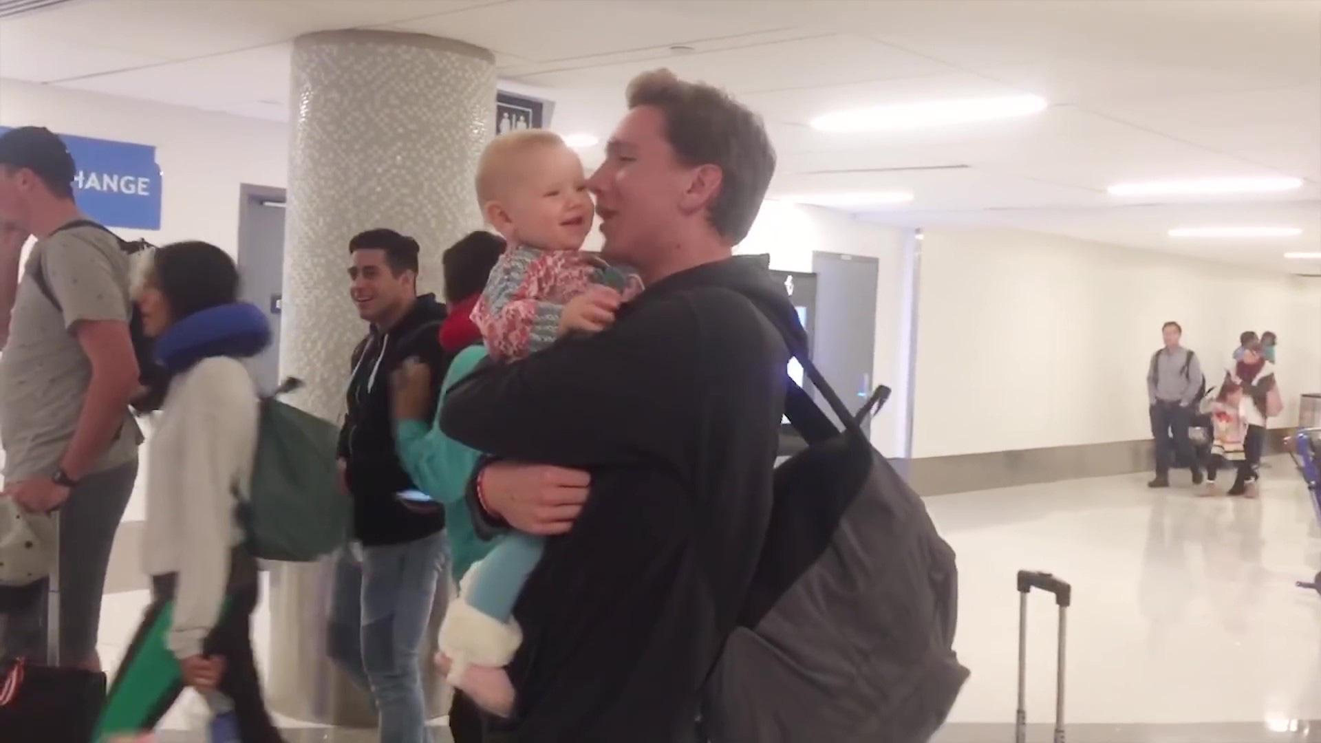 Cảm động trước niềm vui cuồng nhiệt, xoắn xuýt khi đón bố về của trẻ nhỏ - Ảnh 2.