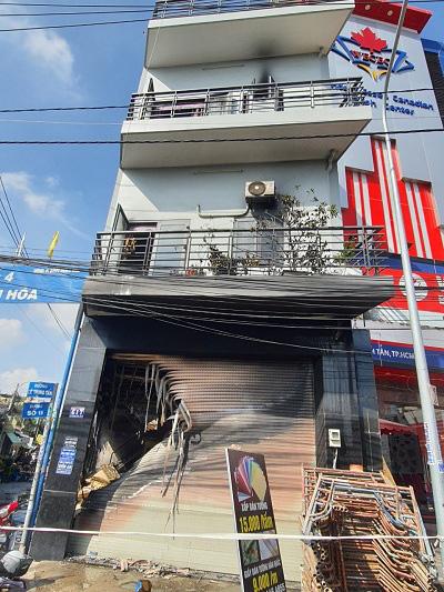 TPHCM: Giải cứu 7 người trong căn nhà bốc cháy  - Ảnh 1.