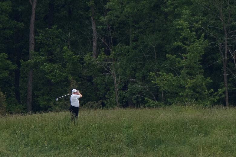 Tổng thống Donald Trump chơi golf giữa bốn bề cây xanh - Ảnh 7.