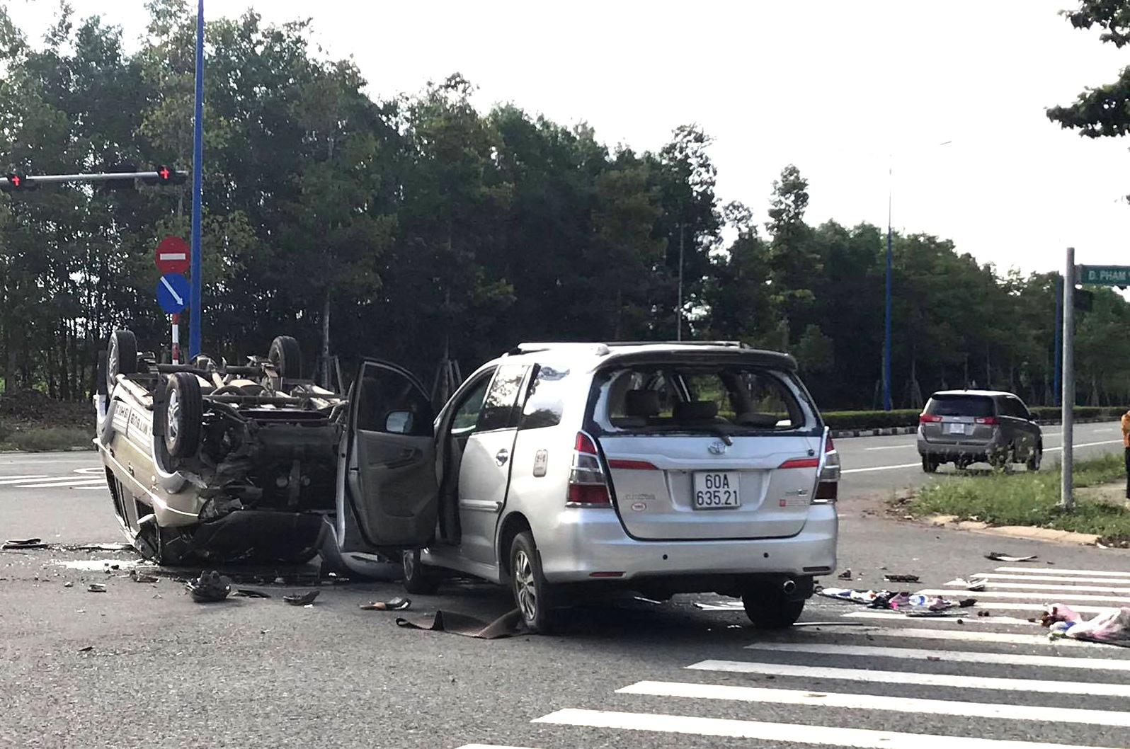 12 người cầu cứu trong 2 chiếc ô tô lật nhào tại ngã tư - Ảnh 3.