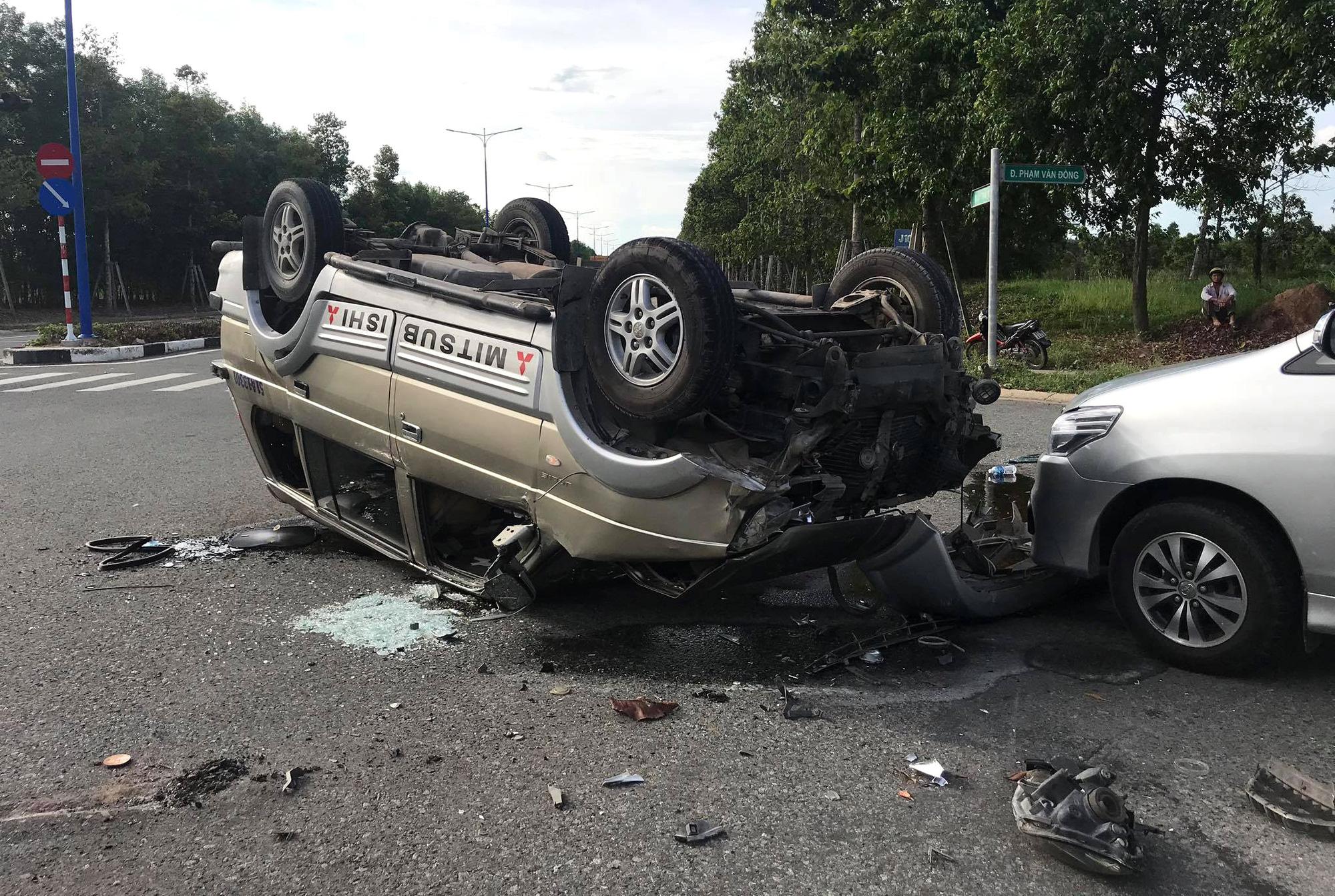 12 người cầu cứu trong 2 chiếc ô tô lật nhào tại ngã tư - Ảnh 4.