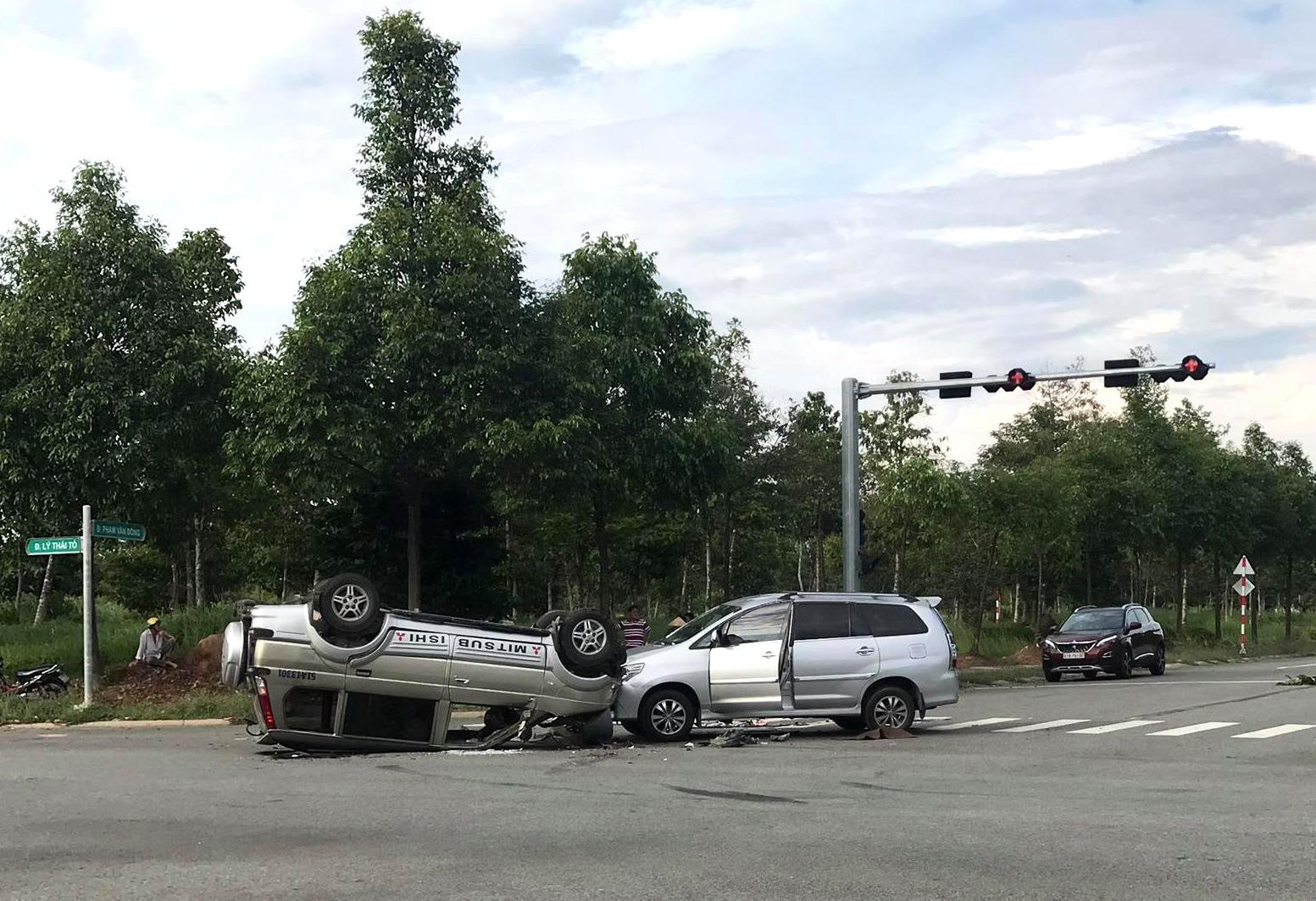 12 người cầu cứu trong 2 chiếc ô tô lật nhào tại ngã tư - Ảnh 1.