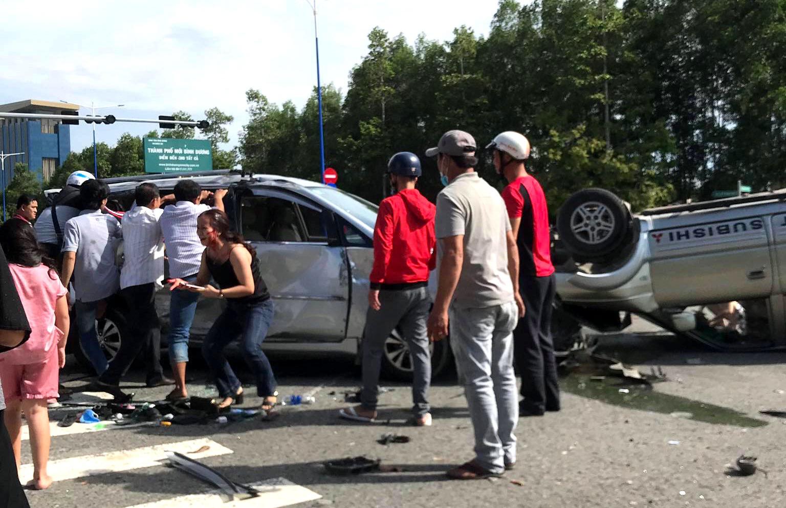 12 người cầu cứu trong 2 chiếc ô tô lật nhào tại ngã tư - Ảnh 2.
