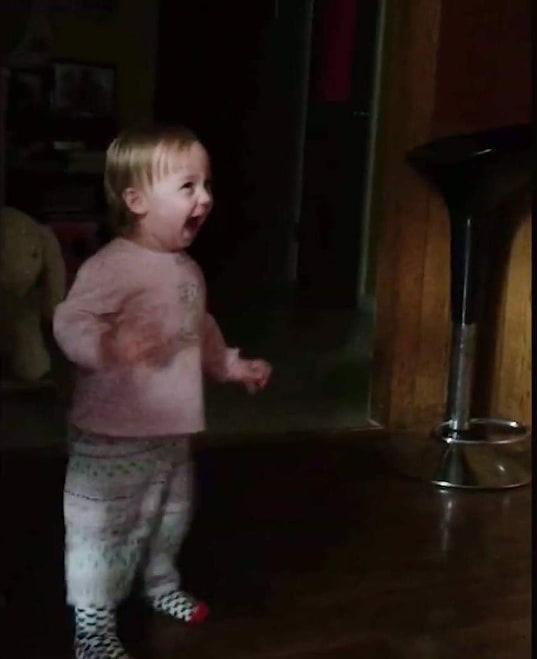 Cảm động trước niềm vui cuồng nhiệt, xoắn xuýt khi đón bố về của trẻ nhỏ - Ảnh 3.